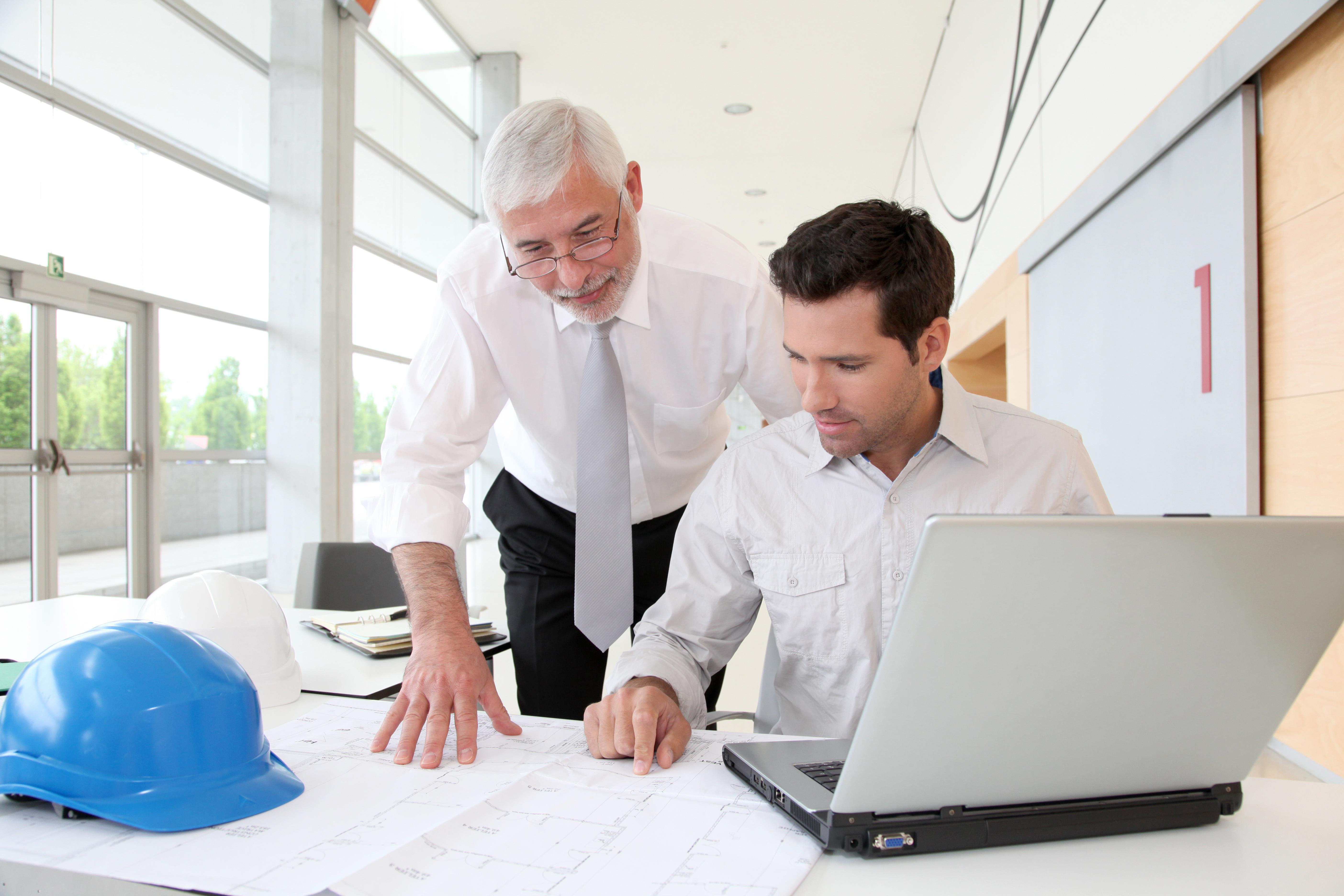 Twee engineers bespreken een technische tekening